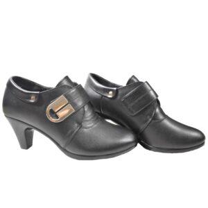 Mustad kingad kõrvalt